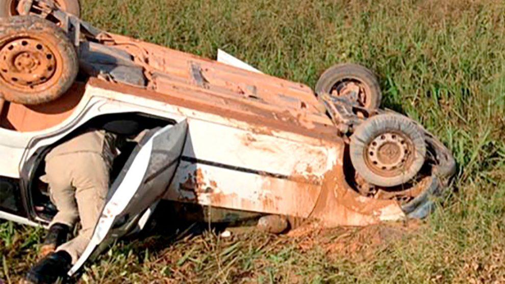 Carro capota em estrada e motorista é socorrido por bombeiros em Guarantã do Norte