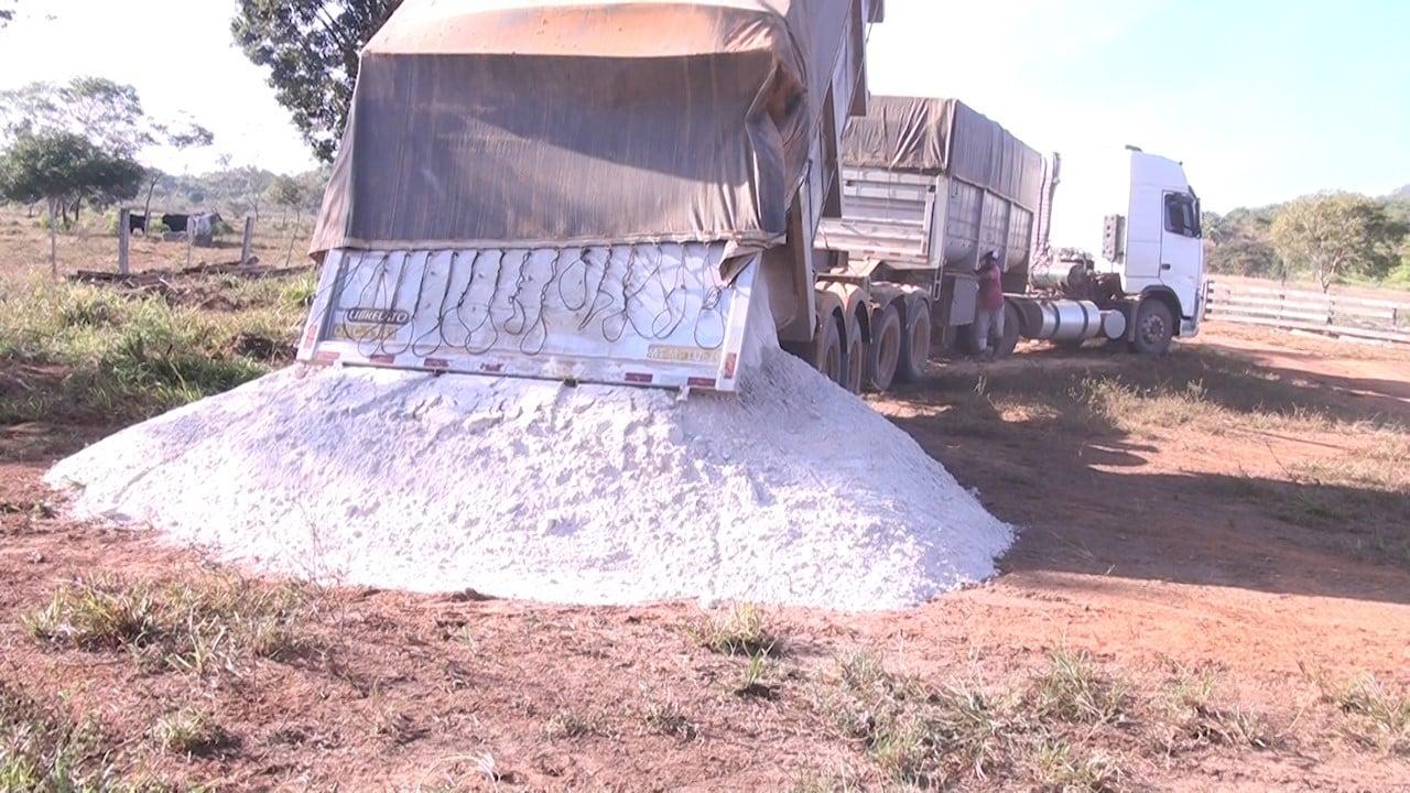 Produtores rurais de Guarantã recebem calcário para realizarem a recuperação de pastagens degradadas